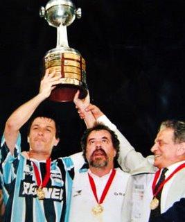 Adilson Batista, o Capitão América, ao lado de Cacalo e Koff na conquista do Bi da Libertadores