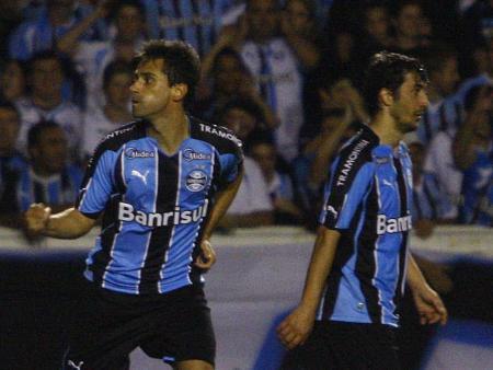 Jonas e Douglas poderão desfalcar o Grêmio nas últimas rodadas (Foto: Roberto Vinícius / Gazeta Press)