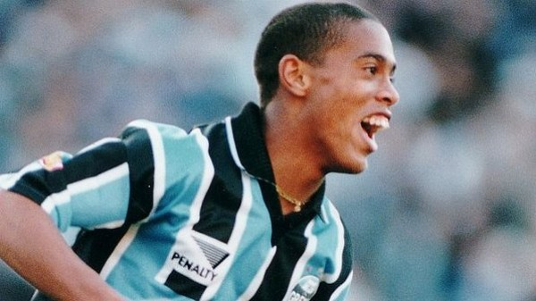 Ronaldinho Gaúcho atuando pelo Grêmio (1998) - Foto: Edison Vara